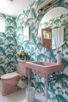 Palm leaf and pink bathroom ideas diy bathroom decor, easy diy Boho Bathroom, Bathroom Sets, Small Bathroom, Master Bathroom, Retro Bathroom Decor, Bathroom Goals, Bathroom Colors, Modern Bathroom, Bathroom Wallpaper Vintage