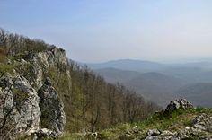 Dominantou Plaveckého Mikuláša sú vysoké skalné útvary, ktoré sú súčasťou horského hrebeňa. Poskytujú ďaleké výhľady na okolie a tvoria národnú prírodnú rezerváciu Kršlenica a zároveň patria pod Chránenú krajinnú oblasť Malé Karpaty. Cieľom mojej túry je navštíviť ich.