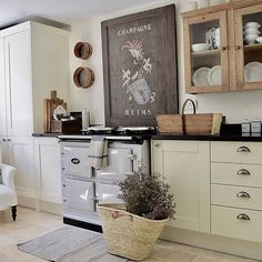 This incredible country kitchen belongs to Nat over I have to say that this is just my absolute dream kitchen 💚 Just perfect! Home Decor Kitchen, Rustic Kitchen, New Kitchen, Kitchen Design, Kitchen Tips, Kitchen Ideas, Black And Cream Kitchen, Cream Country Kitchen, Cottage Kitchens