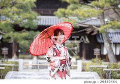 京都府京都市東山区の建仁寺の境内で和傘をさしている着物姿の若い女性