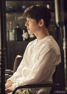 "[Drama] Ji Chang Wook shows his studious side in new behind-scenes from ""Suspicious Partner"" Ji Chang Wook Abs, Ji Chang Wook Healer, Park Hae Jin, Park Seo Joon, Asian Actors, Korean Actors, Korean Dramas, Ji Chang Wook Photoshoot, Song Joong"