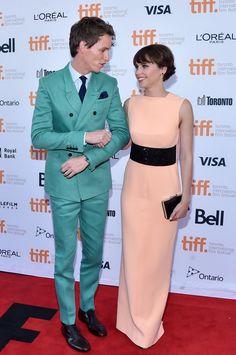 Pin for Later: Eddie Redmayne und Felicity Jones sind ein Traumpaar auf der Leinwand Und können auch die Finger nicht voneinander lassen.