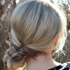 Coiffure cheveux mi-longs fins hiver 2015 Topsy tail en chignon Dans un premier temps, commencez par faire une topsy tail (à partir d'une queue-de-cheval basse, faites un « trou » dans vos cheveux au-dessus de l'élastique et passez-y la queue-de-cheval, serrez et le tour est joué). Dans un second temps, réalisez un chignon flou avec la queue-de-cheval pour apporter une petite touche plus sophistiquée.