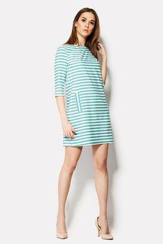 Платье SEIDI в ярком сочном ментоловом цвете полосок на белом фоне ткани блузочной вискозы. Горизонтальная полоска средней ширины распространяется по всему платью и его укороченным рукавам. На юбке есть вставки вертикальных полос, имитирующие карманы. Наряд без застежек.