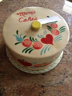 Vintage Mom's Cake's Carrier- hand painted Vintage Cake Plates, Vintage Cake Stands, Vintage Cakes, Vintage Mom, Vintage Tins, Vintage Dishes, Vintage Kitchenware, Vintage Kitchen Decor, Cake Tray