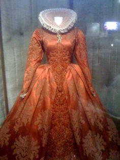 Elizabeth: The Golden Age     a must re create dress.
