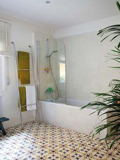 Un coqueto #baño con tocador doble #bañera