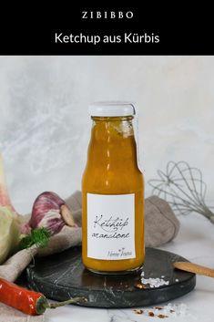 Der orange Ketchup der Manufaktur Nonno Andrea ist eine Kreation von Martino Beria, dem italienischen Spitzenkoch der veganen Küche. Die Sauce besteht zum größten Teil aus Kürbis. Hinzugefügt werden zahlreiche Gewürze, um einen einzigartigen aromatisch-milden Geschmack zu erzeugen. Ketchup, Hot Sauce Bottles, Orange, Food, Fish Dishes, Fennel, Easy Meals, Meal, Essen