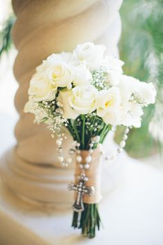 white_roses_and_babys_breath_bouquet_with_rosary_draped.full.jpg (750×1125)