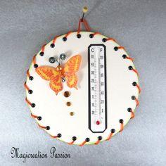 Thermomètre beige papillon orange sur cd - Un grand marché Decoration Photo, Beige, Orange, Creations, Christmas Ornaments, Support, Holiday Decor, Dimensions, 3d