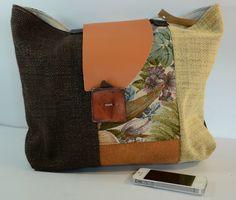 colorata  borsa patchwork sui toni del marrone e dell'arancio, interamente foderata, con due comode tasche. Manici in cuoio.