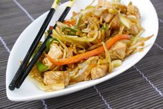 Il riso saltato con pollo e verdure è un profumatissimo piatto dal sapore orientale.