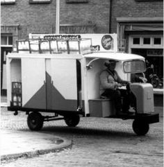 De melkboer. Working People, Utrecht, Old Trucks, Retro, Black And White Photography, Recreational Vehicles, Vintage Photos, Holland, Dutch