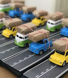 Excellent simple ideas for your inspiration School Birthday Treats, Cars Birthday Parties, Boy Birthday, Creative Gift Wrapping, Creative Gifts, Diy For Kids, Gifts For Kids, Festa Hot Wheels, Eid Crafts