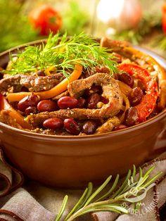 Gli Straccetti di manzo con fagioli e peperoni sono un piatto facile e molto appetitoso. Per proporre un secondo di carne diverso dal solito.