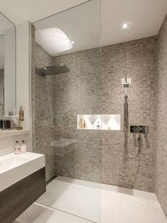 Banheiro com pastilha clara e nicho embutido no Box                                                                                                                                                                                 Mais