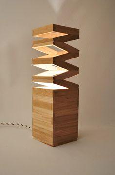 Lámpara de mesa de madera de roble reciclada con textiles y de