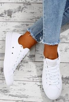 Chuck Taylor Converse All Star All White Trainers Converse are our fave trainers, especially for summer and these all white All Star trainers are a total shoe-drobe must have! These white converse trainers will go with anything and everything in y. All White Converse, All White Shoes, White Converse Outfits, All White Sneakers, Womens White Sneakers, Womens White Converse, White Shoes Outfit, Converse Star, Womens Converse Outfit