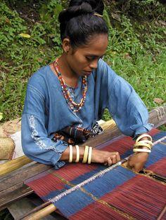 Preparing to weave a new piece, Watublapi, Flores.