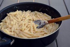 Penne cu usturoi si parmezan - Rețete Papa Bun Parmezan, Macaroni And Cheese, Pasta, Cooking, Ethnic Recipes, Kitchen, Mac And Cheese, Brewing, Cuisine