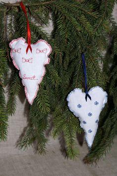http://kochamkropki.pl/lawendowe-biale-saszetki-w-ksztalcie-serca-iii-p-9.html Lavender hearts.