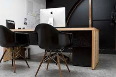 iMac desktop and Eames molded plastic chair Eames Chairs, Vitra Chair, Wooden Chairs, Swivel Chair, Office Workspace, Office Decor, Office Chairs, Office Ideas, Herman Miller