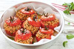 Pomodori, riso ed erbe aromatiche, i pomodori ripieni di riso sono un classico della cucina mediterranea. Gustosi, sani e facili da preparare