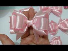 Material: Fita cetim nº linha e agulha How To Make a Hair Bow tutorial PAP How To Make a Hair Bow Kanzashi Tutorial, Hair Bow Tutorial, Flower Hair Bows, Ribbon Hair Bows, Diy Hair Bows, Diy Bow, Diy Original, Bow Making Tutorials, Fancy Bows