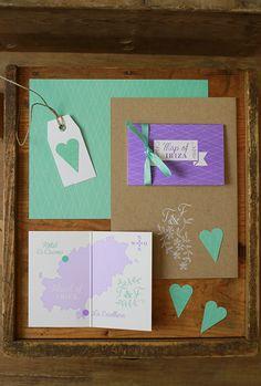 Hochzeitspapeterie, Ibiza-Wedding, Mint, Lavendel, Kraftpapier, weißer Siebdruck, Vintage-Wedding, Hochzeitseinladung, Ibiza, Design: Julia Romeiss, www.einstueckvomglueck.com