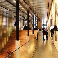 Prada Flagship Store em Nova York. Projeto de Rem Kookhaas (OMA). #moda #atitude #fashion #fashionattitude #lojaconceito #conceptstore #storedesign #interior #interiores #artes #arts #art #arte #decor #decoração #architecturelover #architecture #arquitetura #design #projetocompartilhar #davidguerra #shareproject #prada #flagshipstore #remkookhaas #oma #novayork #newyork #nyc #usa