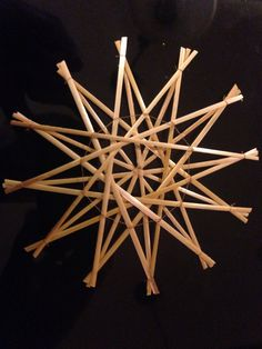Strohsterne 1 Advent, Corn Dolly, Straw Art, The Last Straw, Sculpture Projects, Paper Crafts Origami, German Christmas, Handmade Ornaments, Christmas Projects