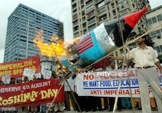 Indian peace activists shout slogans as they burn a mock nuclear bomb during an anti-nuclear protest in Kolkata, 06 August 2005.  AFP PHOTO Deshakalyan CHOWDHURY