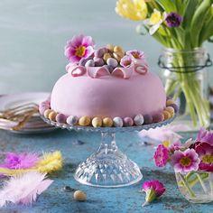 Baka bottnarna till tårtan själv eller köp färdiga bottnar. Vill du garnera tårtan med blommor, se till att de är ekologiskt odlade och inte giftiga! Här hittar du fler recept på påsktårtor och annat påskgott
