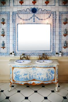 Bathrooms that Beckon: Fit For A Queen