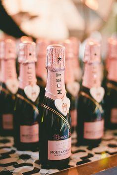 Gastgeschenke Champagner Rosa || Foto von Onelove Photography | http://www.hochzeitsplaza.de/gastgeschenke/gastgeschenke-hochzeit | Gastgeschenk Hochzeit Sekt Tischkarten Hochzeitsdeko Deko