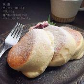 楽天が運営する楽天レシピ。ユーザーさんが投稿した「ふわふわ♡幸せのスフレパンケーキ❀」のレシピページです。本家幸せのパンケーキとは別物ですが見た目は少し近づいたかな♪(ヨーグルト入りは→1080013499)(シンプルな材料での改良版は→1080014137)。卵,砂糖,マヨネーズ,レモン汁,牛乳,薄力粉,ベーキングパウダー,バニラオイル,トッピング用生クリームや蜂蜜