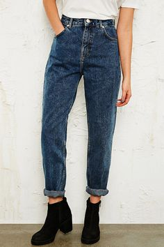Shop BDG Mom Jeans in Mid Wash at Urban Outfitters today. We carry all the latest styles, colours and brands for you to choose from right here. Retro Outfits, Mode Outfits, Jean Outfits, Casual Outfits, Looks Style, Looks Cool, Style Me, Boyfriend Jeans, Boyfriend Style