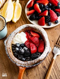 Healthier Dutch Baby with Berries and Yoghurt - a delicious cross between pancakes and Yorkshire puddings a perfect option for breakfast or dessert. Vegetarian, Slimming World and Weight Watchers friendly Sp Meals Slimming World, Slimming World Pancakes, Slimming World Vegetarian Recipes, Slimming World Cake, Slimming World Desserts, Slimming Eats, Slimming Recipes, Slimming Word, Ovo Vegetarian