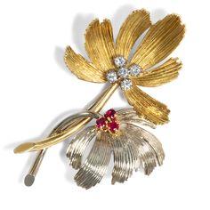 - Elegante Brosche mit Rubinen und Diamanten, Belgien 1960er Jahre von Hofer Antikschmuck aus Berlin // #hoferantikschmuck #antik #schmuck # #antique #jewellery #jewelry // www.hofer-antikschmuck.de (21-1207) Wessel, Vintage Jewellery, Elegant, Ceiling Fan, Jewelry, Decor, Golden Leaves, Diamond Shapes, Smoking Pipes