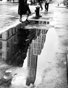 Bedrich Grunzweig - April shower, 1951 black and white photography New York Photographie, White Tumblr, Street Photography, Art Photography, Grunge Photography, Reflection Photography, Newborn Photography, Wedding Photography, Fotografie Portraits