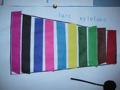 De kinderen hebben met stroken een xylofoon gemaakt. Ze kregen de opdracht precies te meten dat het past en het moesten steeds andere kleuren zijn. Je kan de stroken ook zelf laten knippen om het nog moeilijker te maken. Ik heb de kinderen hun naam en het woord xylofoon er bij laten stempelen.