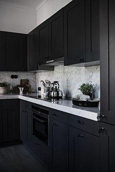 Cozinha Preta: +148 Ambientes e Dicas de Decoração para 2021 Kitchen Cabinet Color Schemes, Black Kitchen Cabinets, Black Kitchens, Cool Kitchens, Farmhouse Cabinets, Kitchen Flooring, Kitchen Countertops, Marble Countertops, Kitchen Interior