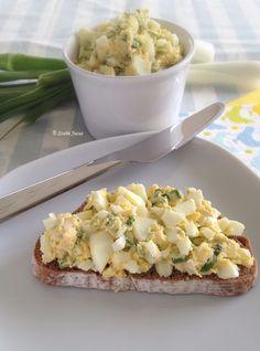 Újhagymás tojáskrém rozskenyérrel