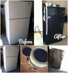 Tipp des Tages:  Habt ihr schon mal überlegt den hässlichen Kühlschrank zu streichen, wie wärst mit Tafelmalfarbe?, einfach streichen und schon ist der Kühlschrank dein eigenes individuelles Memoboard