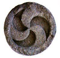 Trisquel. Símbolo que representa a terra, a agua e o lume. Na Queimada fusionanse estos tres elementos.