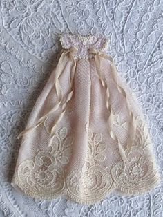 miniaturas de Xisca Baptism Dress, Christening Gowns, Baby Layette, Sewing Notions, Miniture Things, Miniature Dolls, Doll Patterns, Baby Dolls, Doll Clothes