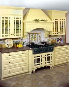 http://www.wayneswoodcraft.com/img/gallery/Kitchens-Colonial/Colonial-Yellow-Kitchen.jpg