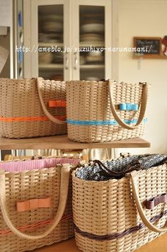 黒テープのバッグ。(クラフトかご780) の画像|ゆづ日和 Food Packaging Design, Basket Weaving, Handmade, Bags, Ideas, Straw Bag, Craft Bags, Wicker, Totes