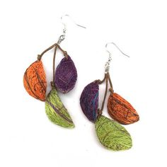 Colorful and lightweight pods made from fibers harvested from the fique plant and dyed with natural coloring.