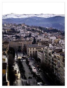 Sierra Nevada, la Alhambra y la zona este de Granada, desde la Avenida Constitución. (vía flickr)